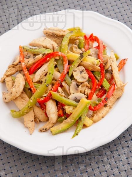 Пържени пилешки гърди на жулиени със зеленчуци (гъби, тиквички, чушки) в сос от сметана и соев сос - снимка на рецептата